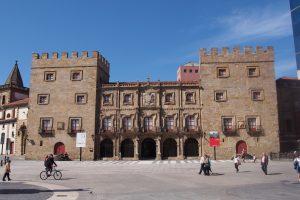 Palacio de Revillagigedo y la Colegiata de San Juan Bautista.